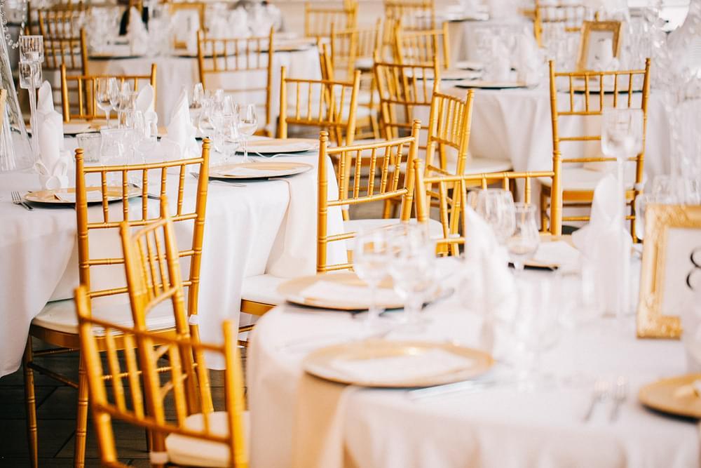 arttrend zlote krzesla wesele zdjecie
