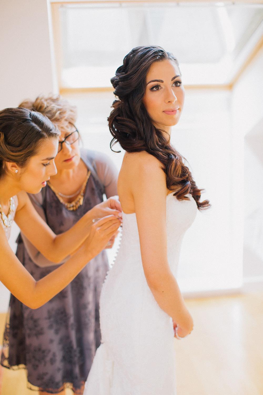 ubieranie sukni slubnej zdjecie