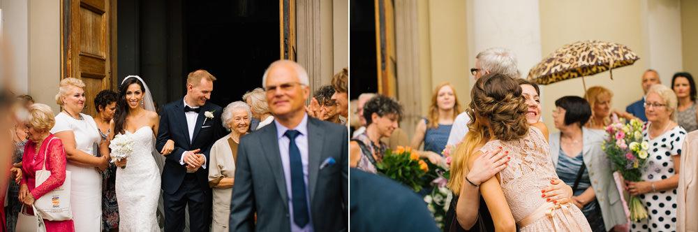 goscie weselni przed kosciolem