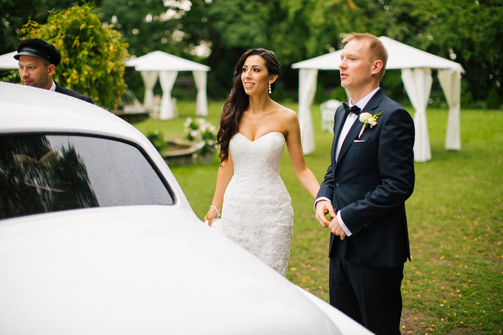 para mloda auto wesele zdjecie