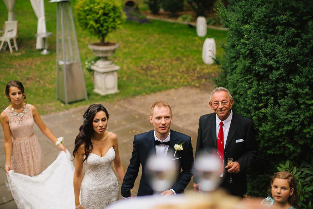 przywitanie pary mlodej na weselu zdjecie