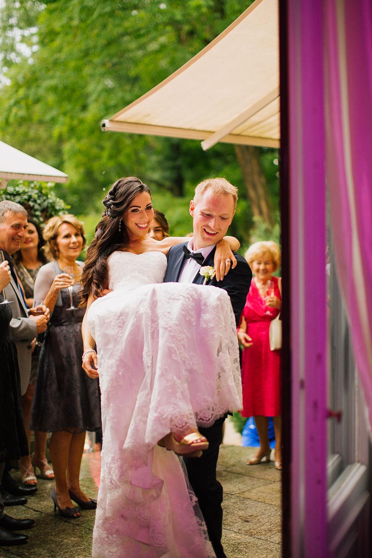 przenosi przez prog wesele zdjecie